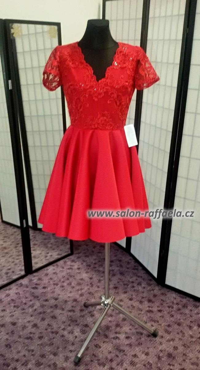 f67d8798238e Červené krátké společenské šaty s točivou kolovou sukní